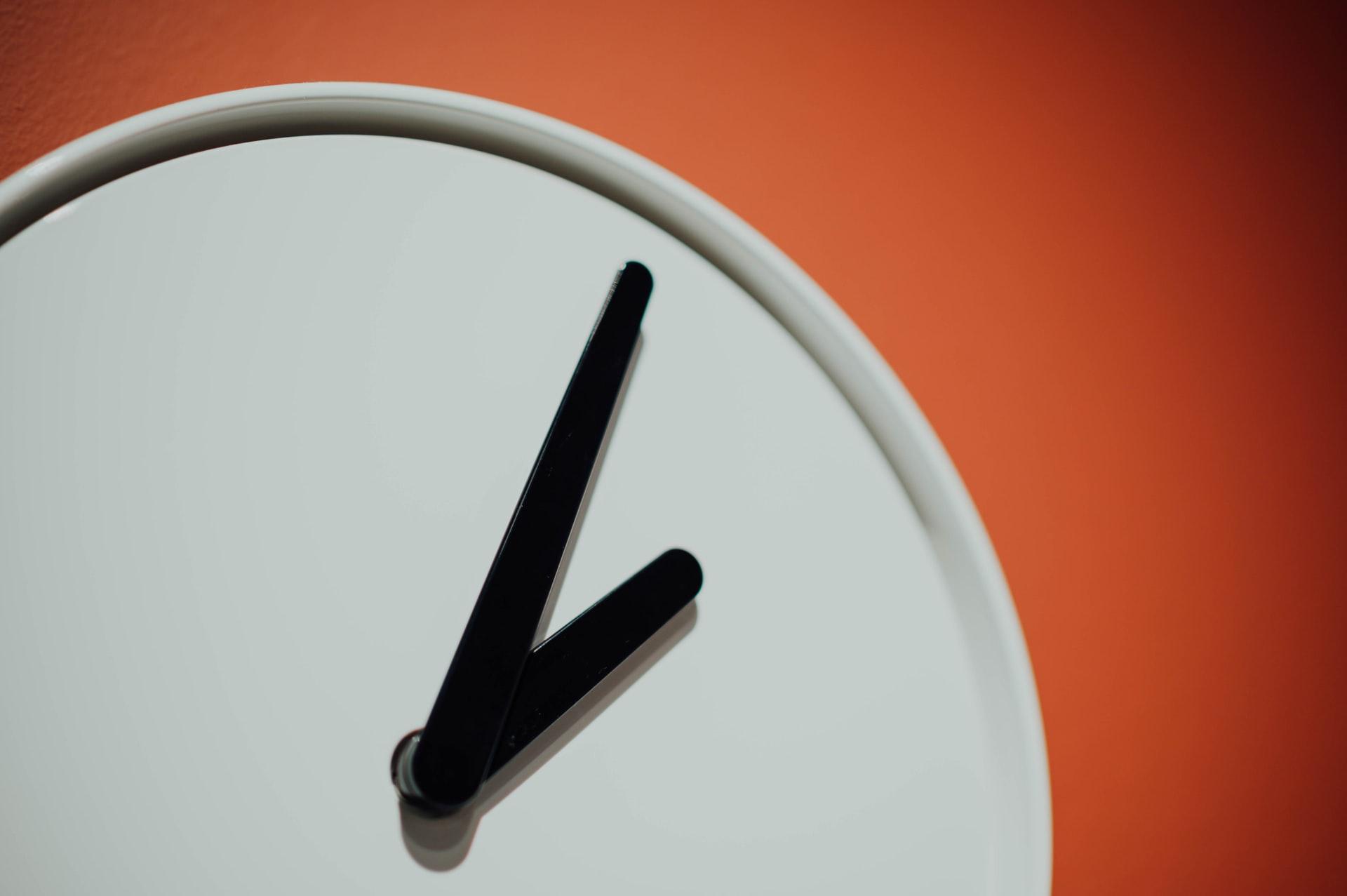 Sejarah waktu dan penggunaan AM dan PM