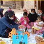 Mahasiswi UNUJA dalam Program Holistik Pembinaan dan Pemberdayaan Desa (PHP2D) tahun 2021 (Via Istimewa)
